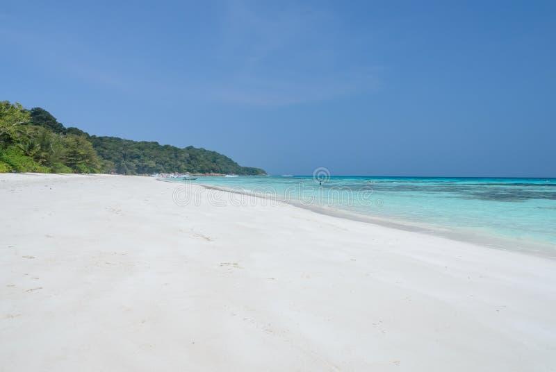Download Spiaggia Di Sabbia Bianca Di Acqua Cristallina Tropicale Immagine Stock - Immagine di estate, paradise: 56876915