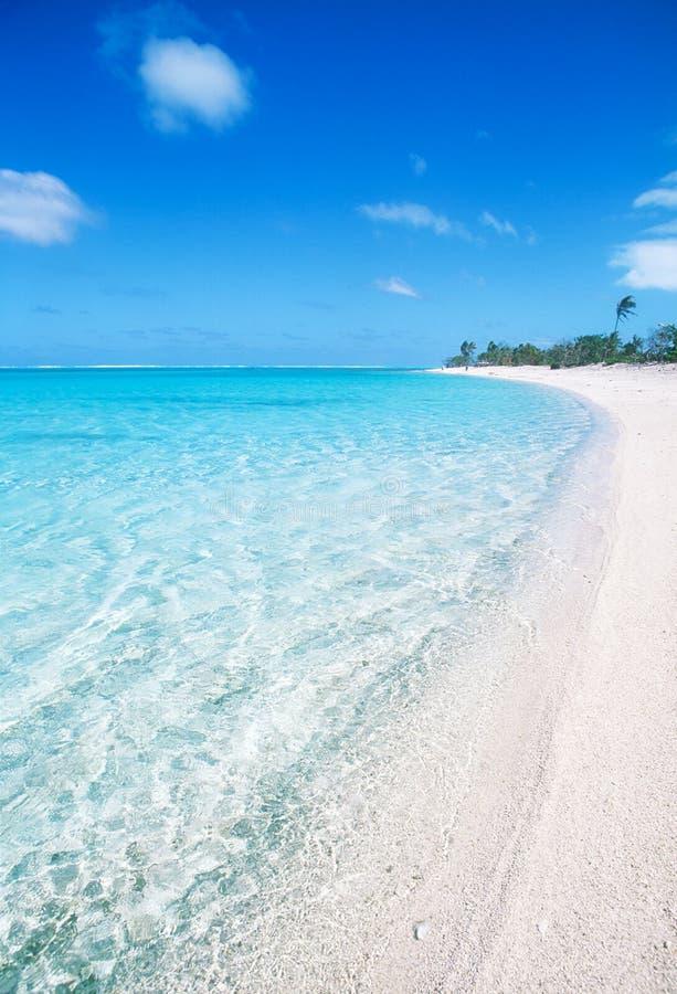 Spiaggia di sabbia bianca in Polinesia fotografie stock