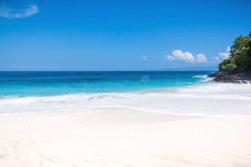 Spiaggia di sabbia bianca tropicale ed oceano blu con acqua di cristallo in Bali fotografia stock libera da diritti