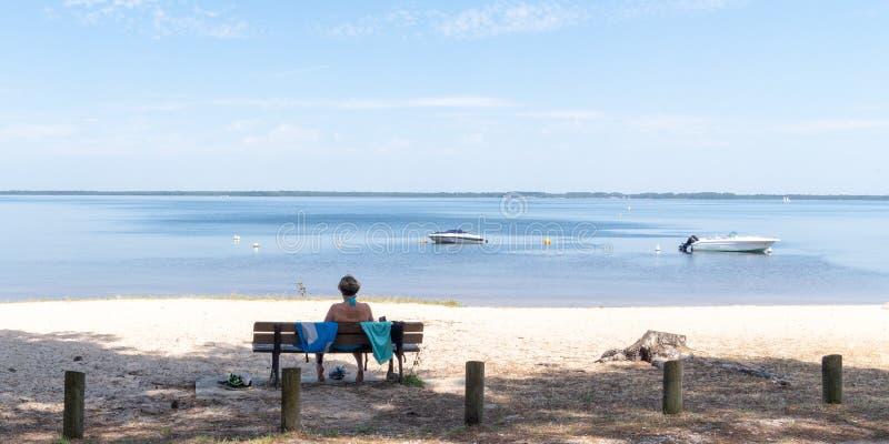 Spiaggia di sabbia del confine del lago Lacanau in Aquitaine France in modello dell'insegna di web fotografia stock