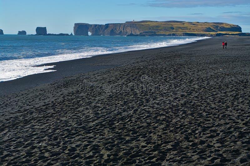 Spiaggia di sabbia del nero di Reynisfjara, Islanda fotografie stock libere da diritti
