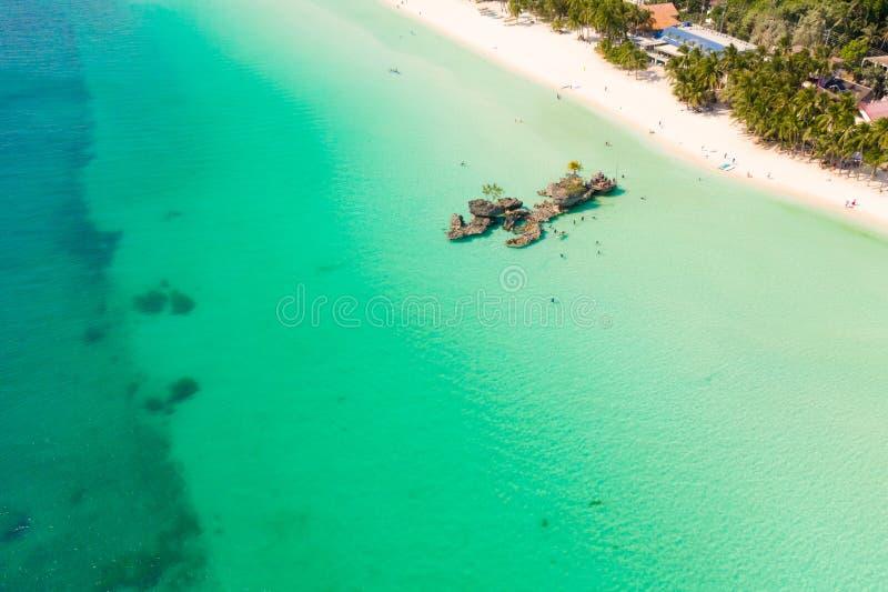 Spiaggia di sabbia e laguna bianche con acqua del turchese, vista aerea Grotta dell'isola di Boracay, la roccia di Willy immagini stock