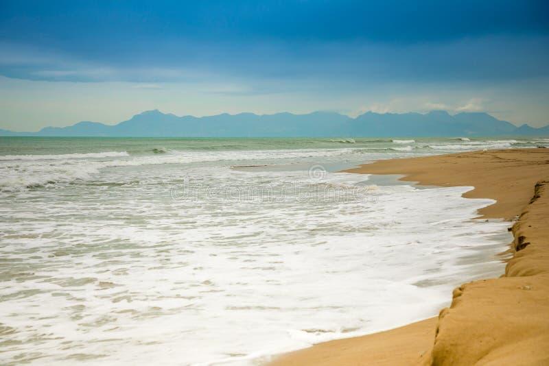 Spiaggia di sabbia in Paestum nel giorno nuvoloso nell'inverno, Cilento, Italia immagine stock