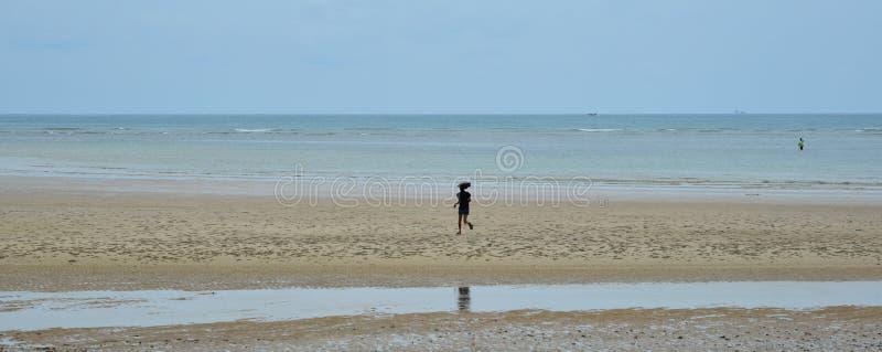 Spiaggia di sabbia sull'isola di Phuket, Tailandia immagine stock libera da diritti