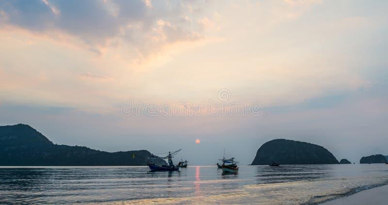 Spiaggia di Samroiyod, Tailandia, pescherecci sul mare, fondo immagini stock libere da diritti