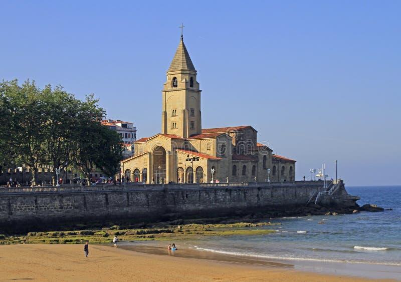 Spiaggia di San Lorenzo alla banca di città di Gijon fotografia stock libera da diritti