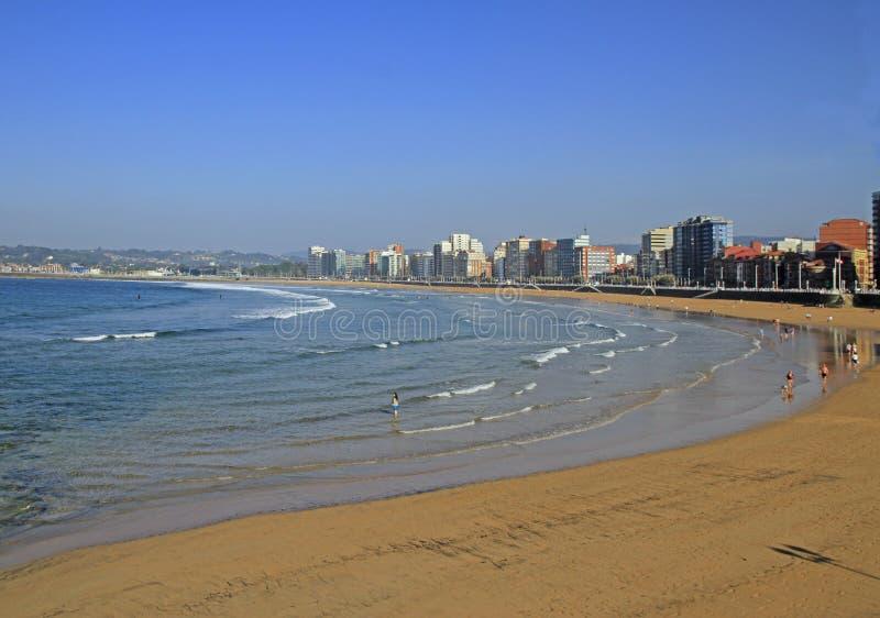 Spiaggia di San Lorenzo alla banca di città di Gijon immagini stock libere da diritti