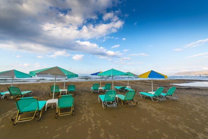 Spiaggia di Sandy con i sunbeds immagine stock libera da diritti