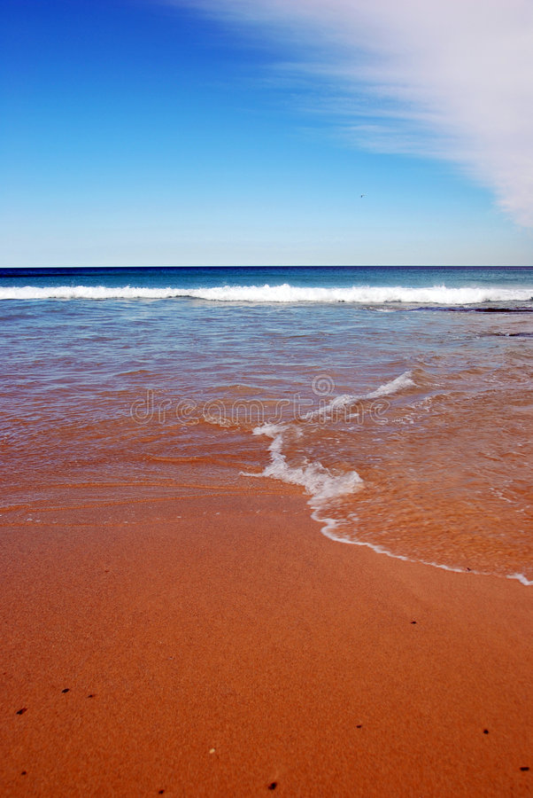 Spiaggia di Sandy e vista di oceano fotografia stock libera da diritti