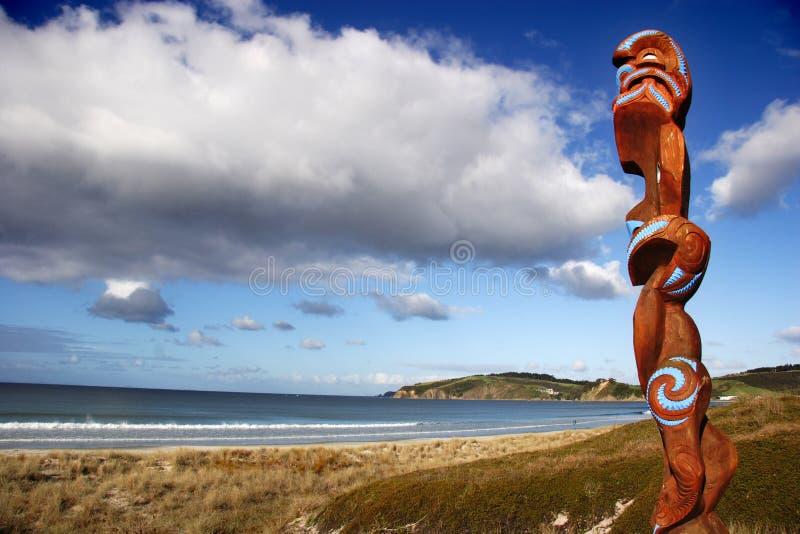 Spiaggia di scultura maori di custodia immagine stock libera da diritti