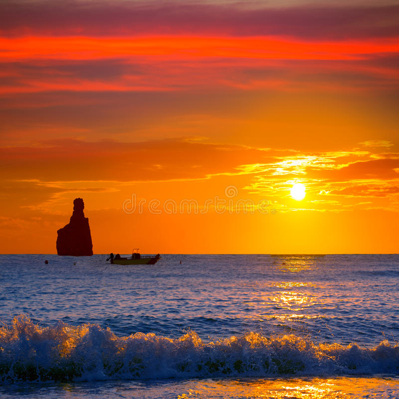 Spiaggia di tramonto di Ibiza Cala Benirras a San Juan a balearico fotografia stock libera da diritti