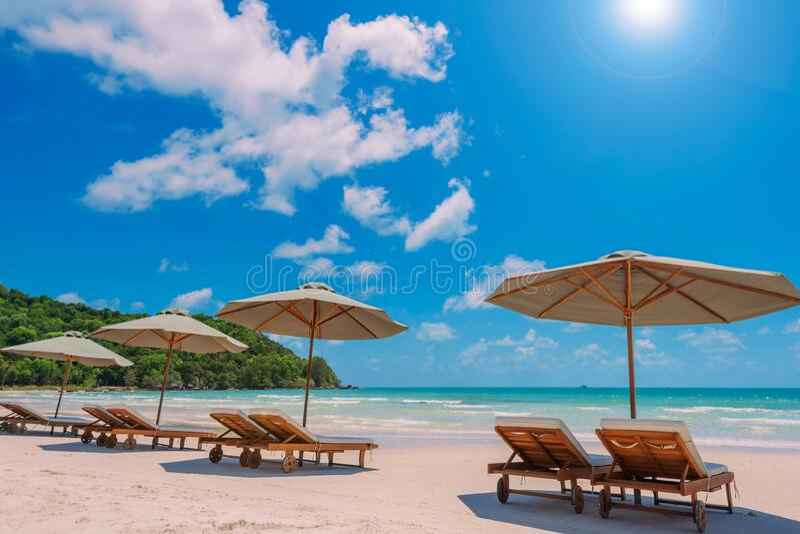 spiaggia di Tranquil, mare turchese alla luce del sole fotografia stock