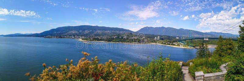 Spiaggia di Vancouver e ponte del portone del leone fotografie stock