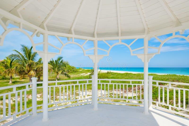 Spiaggia di Varadero in Cuba visto dalle finestre di un padiglione di legno della spiaggia bianca immagine stock libera da diritti