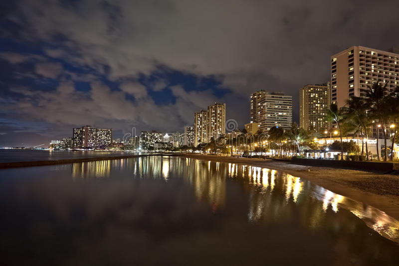 Spiaggia di Waikiki, Oahu Hawai, tramonto di paesaggio urbano immagini stock libere da diritti
