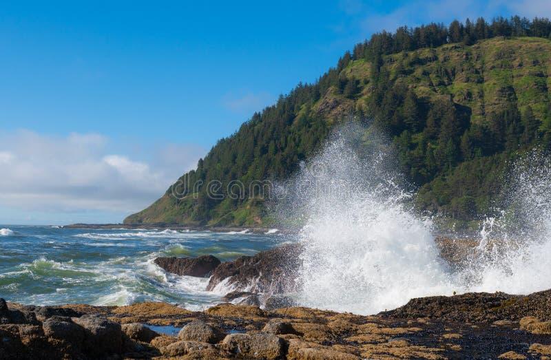 Spiaggia di Yachats con le onde che si schiantano contro le rocce fotografia stock libera da diritti