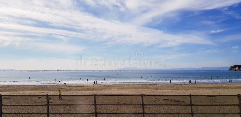 Spiaggia di Yuigahama nel giorno soleggiato fotografia stock libera da diritti