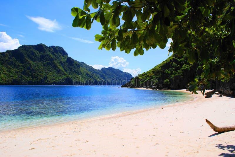 Spiaggia a distanza di paradiso fotografie stock