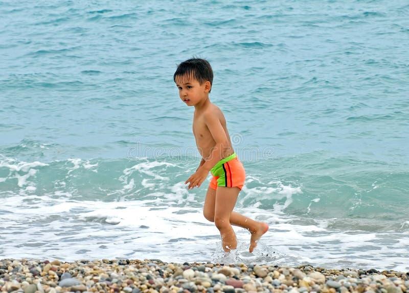 Spiaggia divertente del ragazzo fotografia stock