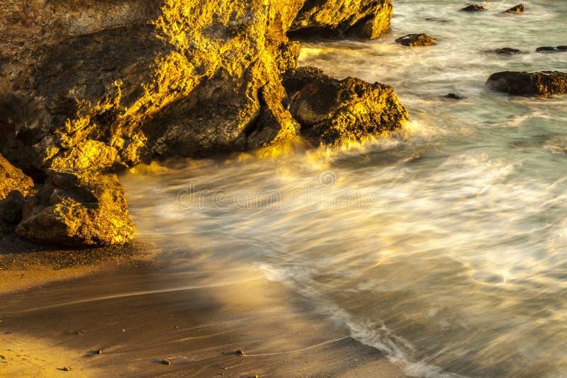 Spiaggia e acqua dolce dorate immagini stock