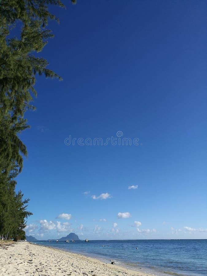Spiaggia e cielo blu vuoti fotografia stock