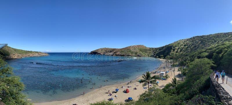 Spiaggia e cielo di panorama della baia delle Hawai Hanauma fotografia stock