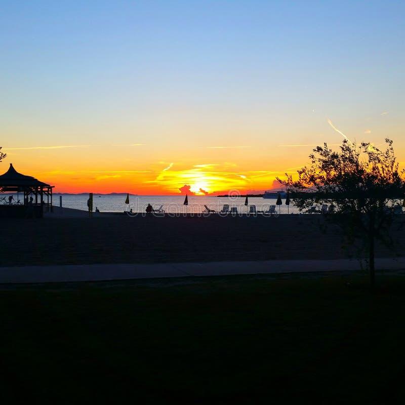 Spiaggia e cielo di tramonto immagini stock libere da diritti