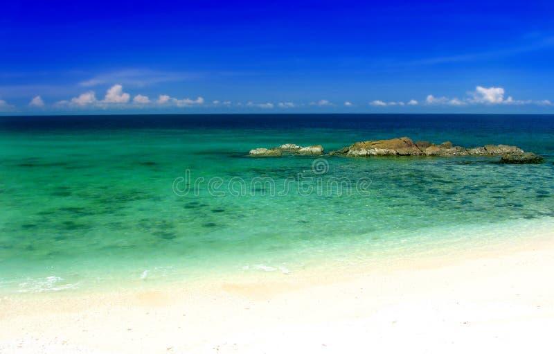 Spiaggia e cielo tropicali fotografia stock libera da diritti