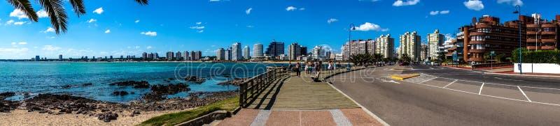 Spiaggia e città panoramiche fotografie stock libere da diritti