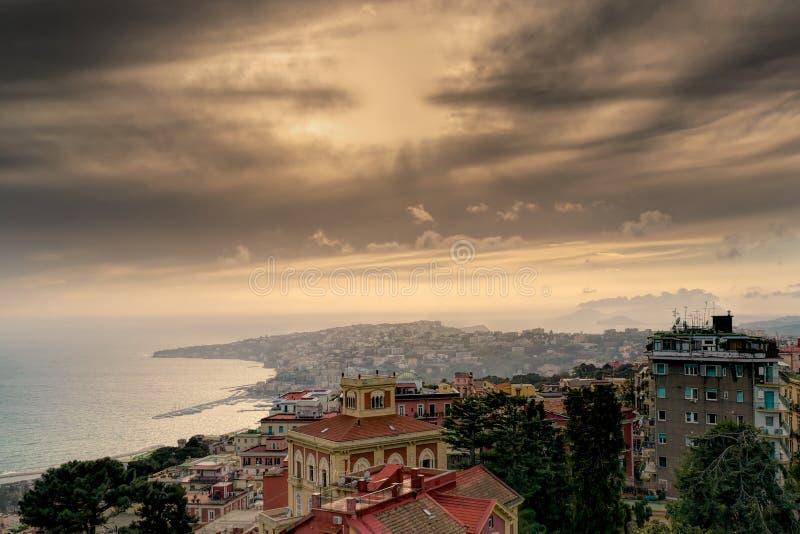 Spiaggia e colline di Napoli al crepuscolo fotografia stock libera da diritti