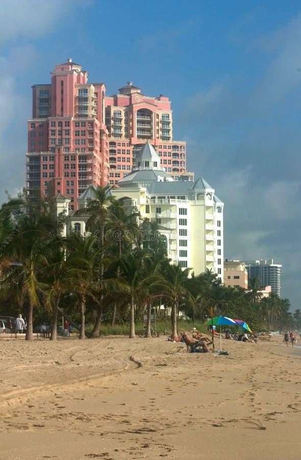 Spiaggia e condomini fotografia stock