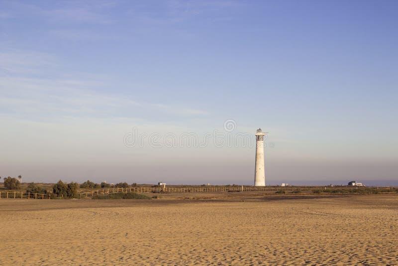 Spiaggia e faro in Morro Jable, Fuerteventura, Spagna immagini stock