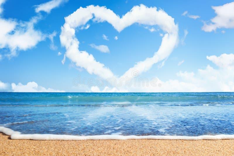 Spiaggia e mare. Cuore delle nubi sul cielo fotografia stock libera da diritti