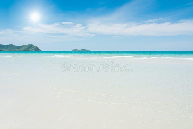 Download Spiaggia e mare tropicale immagine stock. Immagine di paradise - 55358655