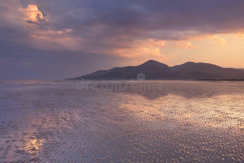 Spiaggia e montagne in Irlanda del Nord al tramonto fotografia stock