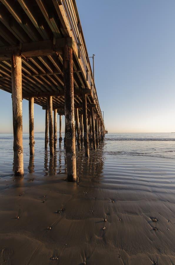 Spiaggia e pilastro di Avila fotografie stock