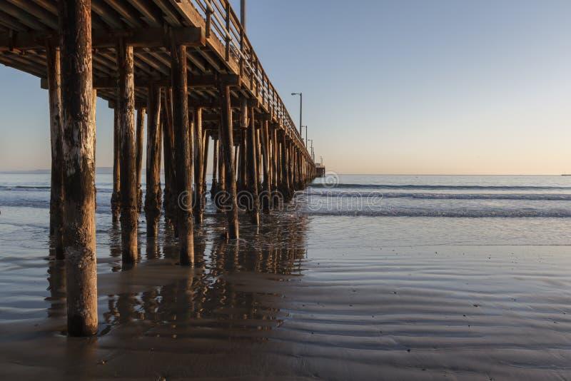 Spiaggia e pilastro di Avila immagini stock