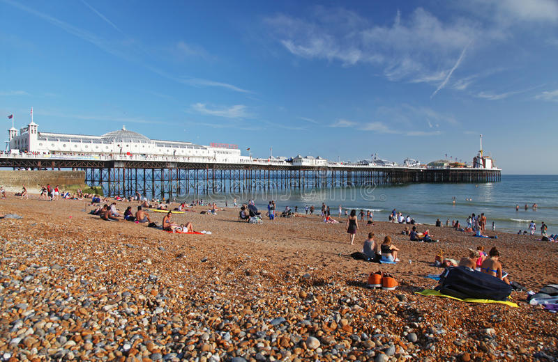 Spiaggia e pilastro di Brighton in estate fotografia stock