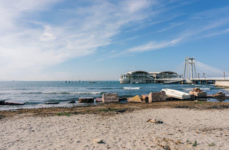 Spiaggia e pilastro Durres - in Albania fotografia stock libera da diritti