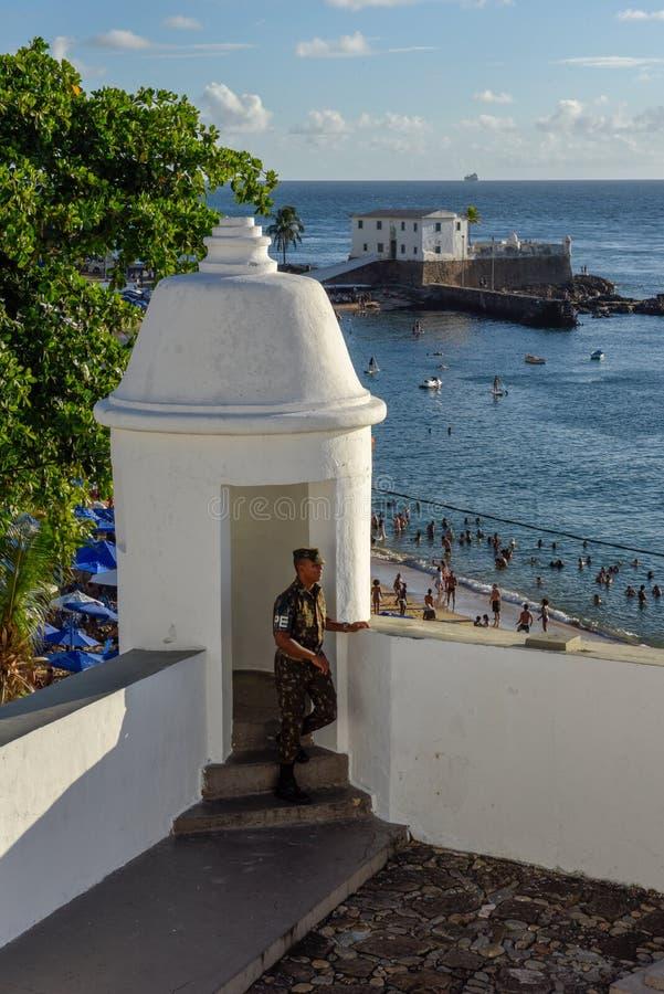 Spiaggia e Santa Maria Fort di Oporto da Barra in Salvador Bahia sul Brasile fotografia stock libera da diritti
