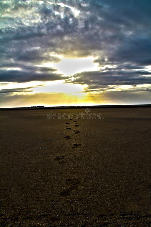 Spiaggia e un tramonto immagine stock