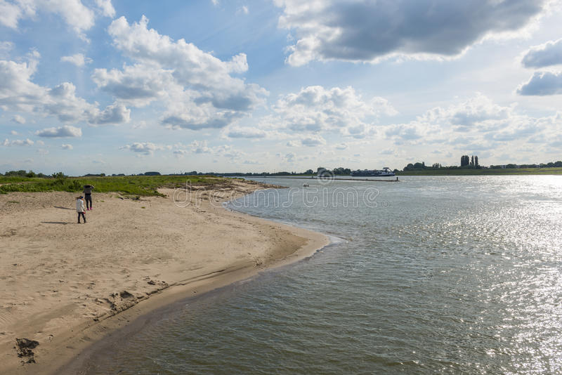 Spiaggia e viandanti di Waal del fiume fotografia stock libera da diritti