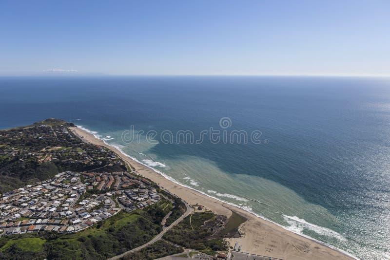 Spiaggia ed antenna dirette a ovest di Dume del punto in Malibu California fotografie stock libere da diritti