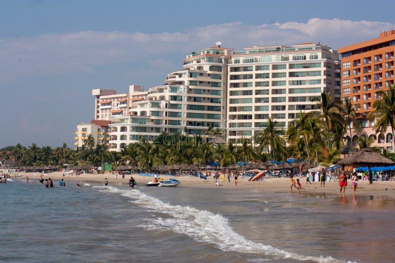 Spiaggia ed hotel nella baia di Ixtapa immagine stock