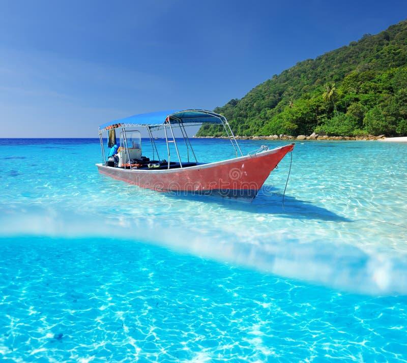 Spiaggia ed imbarcazione a motore fotografia stock