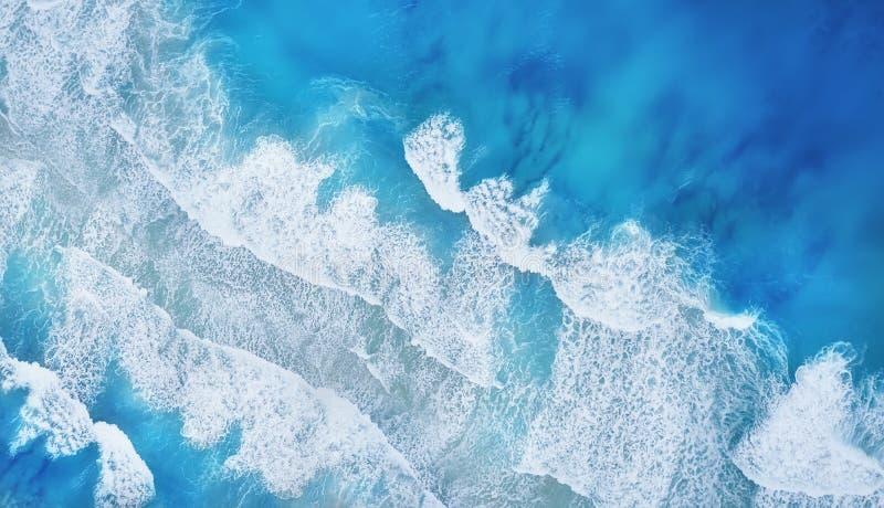 Spiaggia ed onde dalla vista superiore Fondo dell'acqua del turchese dalla vista superiore Vista sul mare di estate da aria fotografie stock