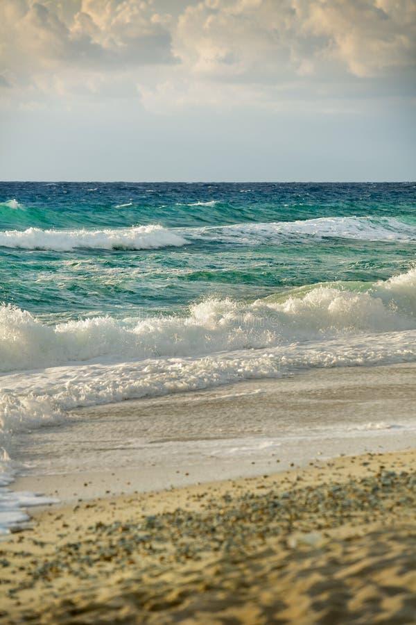 Spiaggia ed onde relativamente alte fotografia stock libera da diritti