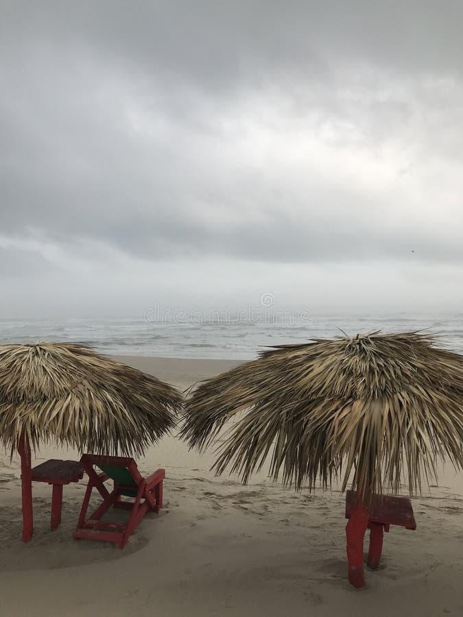 Spiaggia fredda e nuvolosa fotografia stock