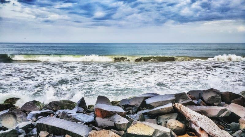Spiaggia Front View della roccia di Pondicherry, onde del mare e orizzonte fotografia stock