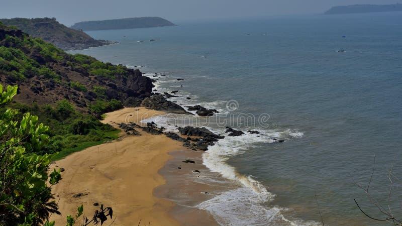 Spiaggia in Goa del sud, collina da un lato ed isola su altro fotografia stock